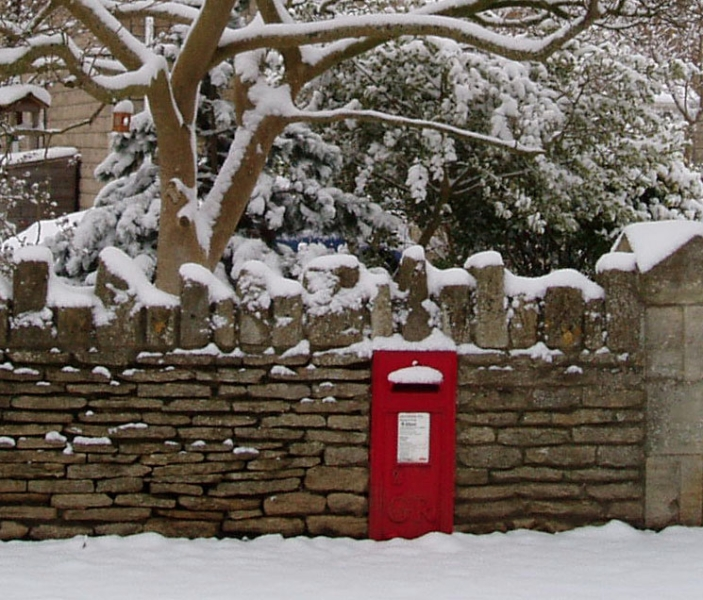 Snowy postbox in Broughton Gifford